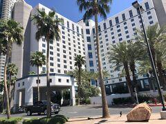 私たちの泊まるホテルはこちらです。 今日から6泊予約していますが、明日から3泊はグランド・サークル内の ホテルに泊まるので、もったいないけど実質、泊まるのは3泊です。
