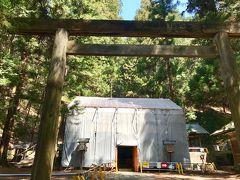 おばさんオススメの仁科神明宮に移動  伊勢神宮から撤下された由緒ある門です  中は20年毎の式年遷宮で修理中