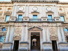 次はカルロス5世宮殿へ。 ここはレコンキスタ以降に建てられたのでルネサンス様式の建物。 ここだけ他のイスラム様式の建物とは異なるのは、そのせい。