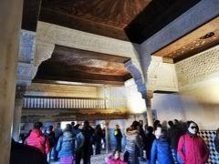 10時になったのでナスル宮殿入場受付へ。 IDを忘れてしまって心配していたけど、無事に入場OK  ナスル宮殿は「メスアール宮」「コマレス宮」「ライオン宮」の 3つに分かれています 手荷物のX線チェックを終えたら、まずはメスアール宮へ。 メスアールの間、王宮への来訪者の控室や政治、裁判が行われていた場所。