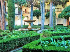 リンダラハの中庭。植栽も幾何学模様でイスラム風。