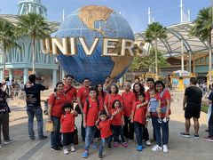 Beach駅からセントーサ・エクスプレスというモノレールに乗ってWaterfront駅に行きました。ユニバーサルスタジオ・シンガポールの前で集合写真を取りました。まだ小さい子供たちにユニバーサルスタジオ・シンガポールの乗り物が不向きという判断で今回入園を見送りました。