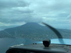 鹿児島空港の滑走路に入り、しばし機長さんとお話をしながら離陸の順番を待ちました。2機ほど見送ってからいざ離陸。特に大きな揺れもなく無事に上がっていきます。機長さんも上がるまでは管制塔とのやり取りや機体のコントロールで忙しそうでしたが、安定飛行になると余裕ができるらしくいろいろと観光案内のように説明してもらいました。左手に桜島を見ながら順調に進んでいきます。