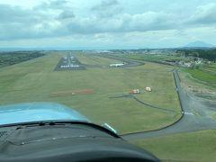 鹿児島空港の滑走路が見えてきました。 これまで何百回も飛行機に乗ってきましたが、滑走路を目の前にしながらの着陸は飛行機に乗っていることを肌で感じる体験でした。