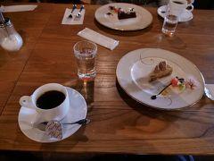 そして赤レンガ倉庫の中にある喫茶店でケーキを堪能。 量は少なめで、おしゃれなスイーツ。この日の夕食の量のことを考えれば、丁度良かったです。
