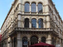三叉路に建つ立派なこの建物の1階は、ウィーンでも人気の老舗カフェ「Cafe Central」(カフェ ツェントラル) 1876年創業の歴史あるカフェで、多くの文化人からも愛され「文芸カフェ」として人気が高かったそうです。  その昔は宮殿だったそうで、店内もとっても豪華なんですって! 滞在中にここでもお茶する予定だったのですが、残念ながら今回は行くチャンスを逃しました...。  いつかきっと...!  ★Cafe Central https://www.cafecentral.wien/en/