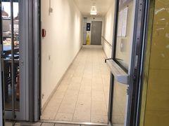 横で、高い所の看板を目印、その奥の右手で細長ーい廊下の奥にコインロッカーは大小含めて結構ありました