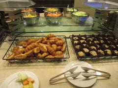 ホテルのビジネスラウンジで朝食