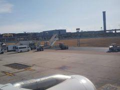 スワンナプーム空港に到着。 なかなか停まらず、しまいにターミナルを超える。 空港はじっこの沖止めエリアがゴールだった。  でもバスがいないよ、と思ってたら、階段が運ばれてきだした。