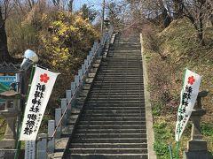 次は新得神社にお邪魔します。 石段を登って行きます。