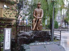 2015年に建立された、正岡子規の銅像です。 こちらの銅像も放生園前に立っています。