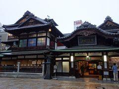 道後温泉本館は、神の湯<霊の湯<霊の湯個室と料金が高くなっていきます。別料金を払うと、日本唯一の皇室専用浴室の又新殿も拝観できます。