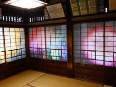 坊ちゃんの間は、想像を超えて派手な部屋でした 笑 障子窓には、花火が描かれています。