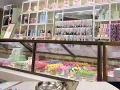 ラデュレ 青山店 〒107-0062 東京都港区南青山5丁目9-15  パリ生まれの華やかなパティスリーカフェ。 看板スイーツのマカロンだけでなく、紅茶やアイスクリームも美味しい。 店の前を通り過ぎるおしゃれなファッショニスタ達を眺めているだけでテンションが上がります↑↑