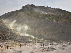 お次は硫黄山へ。 活火山であり、さっきの砂湯や近隣の川湯温泉の源です。 最近子が火山に興味があるので連れてきました。