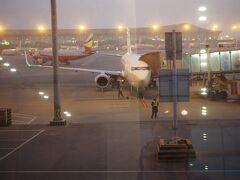 早朝の昆明長水空港。3席連続のフルフラットでそこそこ眠れたわ。中国は以前住んでいたのだけれど、やはり新しい地に着くと気分が上がる。