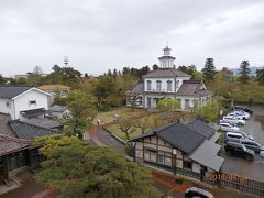 手前の建物が博物館受付と小さなミュージアムショップになっています。