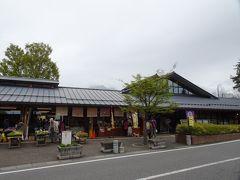 「池田」から6キロほど走り道の駅「安曇野松川」に到着。 空いていた「池田」とは対照的に混雑しています。