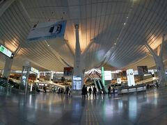 朝です。 サクララウンジは4時半からなので、早めの起床で向かおうとしたら 第1ターミナルの営業時間が5時から!?フロントで30分程度の 待機となりました、なんじゃそりゃ💧  国際線ターミナルに5時過ぎにつきましたが、今度はJALカウンターが 開いておらず、6時からとのこと(-_-;)  なんて日だ! ことごとく粉砕した自分都合、前途多難な雰囲気。