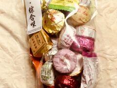 「點子食品」さんの名物フレーバーティ。ガイドブックには瓶詰めが載っているけど、店員さんに聞いたところ現在は瓶詰めは売ってなく袋詰めのみとのこと。残念。でも多様なお茶はやっぱり可愛いので購入。個人的にもち米フレーバーのお茶が気になりすぎて購入した。まだトライしてない。  店員さんは日本語ができる方(おそらく日本人)がおり色々試食、試飲させてくれた。ドライフルーツも多種あるけど、玉ねぎが良かった。味がほぼオニオンリングで美味しい。  ここではドライ玉ねぎとお茶を購入。  ある程度お土産も買い揃ってきて荷物も増えたので、一旦ホテルに帰ろうと思う。Googleマップを開いてみたら近くにあの「永楽市場」があると知り立ち寄る。日曜だからか閉まっているお店もあるがそこそこ人もお店も多かった。  一通り見終わって帰りの途に。