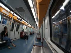 写真はガラガラですが一駅先の「空港南駅」から国内線利用の方々が大勢乗車され、大混雑に。労働節休暇の影響が出始めたかな。