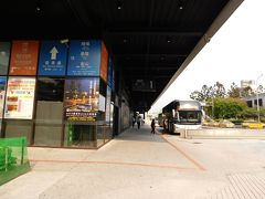 台北駅の北東のバスターミナルへ 基隆行きのバスがすでに止まっていますが、ペットボトルが欲しい 次のバスもすぐに来るらしいので見送ります 建物内のコンビニでポカリスエットを買って乗車です