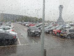 エディンバラ到着。 早速イギリスらしい雨の洗礼を受けます。 空港を出てからバスまで雨に濡れながら移動。