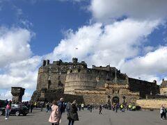 ガイドさんと合流し、まずはエジンバラ城へ。 小高い丘の上に建つ、城というより砦。イングランドとの戦いでは実際に砦として使われていた。 住み心地が悪く、王の居城としてはホーリールード宮殿のほうが使われていたそうな。