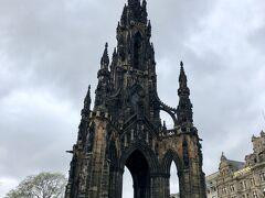 午後からは自由行動です。スコット記念塔。 黒ずんだ感じが歴史の重みを感じる。