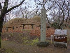 高松塚古墳から坂を下り、正面の高台に登ると中尾山古墳があります。 こちらも高松塚古墳同様、古墳時代末期の八角形墳です。
