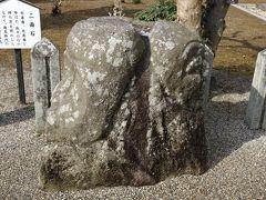 境内にある、飛鳥時代に造られた二面石と呼ばれる石像。 右は善面、左は悪面で、人の2面性を現わしているそうです。