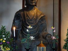 飛鳥寺の本尊は、日本最古の仏像である釈迦如来像(通称:飛鳥大仏)です。日本最古の仏像ながら、国宝ではなく重要文化財となっているのは、火災による損傷が激しく、後世の修復部分がほとんどであるからと云われています。 しかし近年の調査で顔のほとんどは、飛鳥時代の代表的な仏師:鞍作止利が作製したオリジナルであるという調査結果もでているようです。