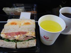 伊丹空港で買ったサンドウィッチと スカイタイム、珈琲も頂きました。