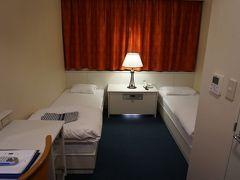 こちらが宿泊するステートルーム。 ベッドは硬いやつ。 カーテンはありますが、 採光用で開けると壁です。  お隣の会話が結構聞こえるので、 会話のボリュームには注意しましょう(´・ω・`)