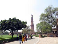 では入場します。 正面に見えるのが「クトゥブ・ミーナール」。  「クトゥブ・ミーナール」とは、インド最初のイスラム王朝のスルターン、クトゥブッディーン・アイバクが、ヒンドゥー教徒に対する勝利を記念して建てた尖塔(ミナレット)とか。