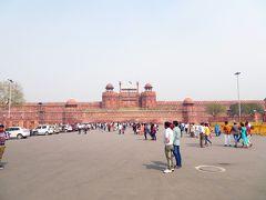 イエローLineの「Chandni Chowk駅」に移動。  そこからリクシャー(20Rs)で世界遺産の「ラール・キラー」(Lal Qila「Red Fort) に来ました。  写真左側がチケット売り場です。