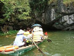 ほどなくして最初の洞穴が見えてきた。 この中を舟で進みます。