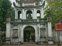 4/30(火)平成最後の日。 午前中はハノイ市内観光へ。 まずは文廟へ。1070年、孔子を祀る為に建てられた。 境内にベトナム最初の大学が開設され、多くの学者や指導者を輩出した所。 2011年、世界の記憶遺産に登録された。