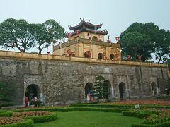 強烈な雷雨の中、世界遺産・タンロン遺跡へ移動。 11-19世紀に栄えたベトナム王朝の城があった。 この城壁は端門と言って城壁に配された正門。上まで上がれるそうだが、土砂降りなので上がらず・・・。