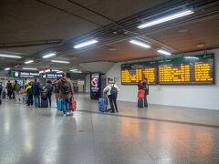 16時。地下鉄に乗ってアトーチャ駅到着。 列車のホームを電子掲示板で確認。  若いカップルが別れを惜しんでるのか チュッチュしている。ラブラブ~