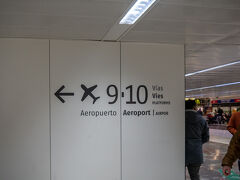 19:30。バルセロナサンツ到着。  お。空港までの案内が書いている。 プラットホーム9,10ね。オシオシ。