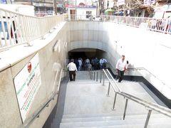 なので、その場所を一周すると、突然近代的な階段がありました。  なので地下鉄イエローLine「Chawri Bazar駅」から一駅乗って地下鉄イエローLine「New Delhi駅」に移動。  と言うことで、お腹も一杯になったので早々にホテルへご帰還です。あ~疲れた、本日も閉店ガラガラです。続く。