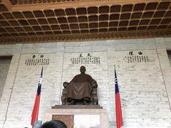 交代式が終わると蒋介石の像の前まで行けます。