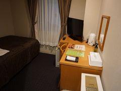 ホテルにチェックイン。 フェリーで来たのに、 泊まるのはエアポートホテル。  寝るだけなのでまったく不満なく、安くて大満足。 スーツケース広げるのは厳しいかもしれませんが。