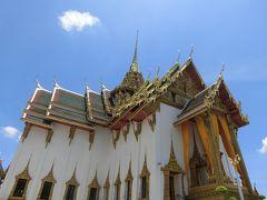 王宮のデュッシト宮殿。ワットプラケオと王宮はとにかく広いです。暑さ対策が必要です。出口を出たところで、タイ伝統舞踊の会場へ行く無料トロリー停車所があります。  暑いので観光は終わりにして、タクシーを拾ってセントラルワールドに行きます。