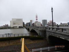 新潟駅万代口近くの石宮公園地下にある駐輪場で「にいがたレンタサイクル」を借り出しました。酒田と同じシステムですが、概ね1時間100円とリーズナブルです。 ここでは好きな自転車を選べました。  新潟で信濃川に掛かる最も有名な「萬代橋」。 石組みアーチ橋と趣がありますね。