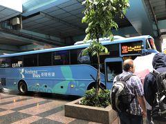 朝食後はゆっくりして、9時半にホテルを出てMRTで忠孝復興駅まで移動して2番出口を出て、SOGOに沿って曲がるとすぐにバス停があります。 九分までは1062番のバスで一本。 料金は悠遊カードで払えます。 料金はよく確認出来ず。 100台湾ドル?115台湾ドル?そのくらいでした。