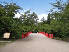 寛いだ後は歩いてすぐの弘前城公園へ 何年か前に来たので通り過ぎたのみ