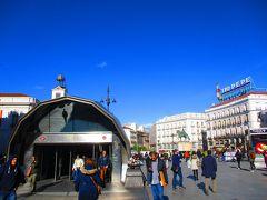 Sol駅にやってきました。 1番賑わっていた、エスカレーターのある出口から出たらここに着きました。 プエルタ・デル・ソル(太陽の広場)ですね。