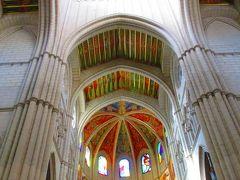 カラフルですが、大聖堂の建物自体はシンプルな印象を受けたアルムデナ大聖堂。 天井画の色が、今までに訪れたことのある大聖堂ではあまり見たことないような色使いですよね。